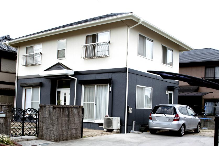 現場調査では、屋根の劣化こそ気になったものの、外壁塗装については「ちょうど塗り頃」。補修の必要もなく、塗装工事だけで長持ちさせることができる最適のタイミングでした。塗料はS様が耐久性の高さを求められたため、より傷みやすい屋根にはフッ素系、外壁にはシリコンをセレクト。流行の2トーンはS様のご希望。カラーもグレー系と漠然とイメージされていたため、プランナーがシミュレーションを行い、上部にクリーム系、下部にご希望通りグレーを塗り、スタイリッシュながらも優しさも感じられる外観に仕上がりました。