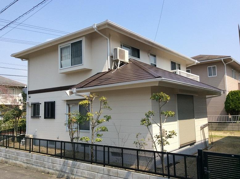 1階と2階の外壁材が違っていたので それぞれに合った工法で施工させていただきました。 家中の目地部分のコーキングを撤去して、新しく打ち直しました。 目地部分が強く生まれ変わり、外壁塗装とプラスで丈夫なお家になりました。 外壁と屋根の色のコンビネーションもバッチリに仕上がることができ とってのオシャレなお家に生まれ変わりました。