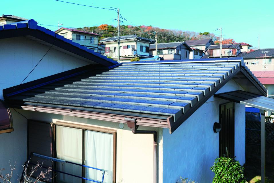 「長くこの家に住みたい」というT様の要望に応えるため、下地が傷んでいないことを確認後、カバーリング工法を提案しました。この工法や屋根全体を三州釉薬平板瓦で覆うというもので、解体しないため、工期が短く低コストで施工できます。