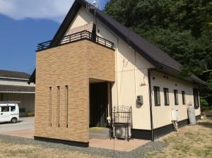 ◆外壁 エスケー化研 クリーンマイルドシリコン ◆屋根 水谷ペイント 快適サーモBio 外壁に使用したクリーンマイルドシリコンは超低汚染性の塗料で雨水が塗膜となじみ、汚れを洗い流してくれ、かびや藻類等の微生物汚染に対して強い抵抗性があります。屋根には高い遮熱効果が期待できる快適サーモBioを使用。防カビ・防藻性の効果もあります。紫外線(UV)による色あせなどの塗膜の経年劣化を抑えることで、長期にわたり、優れた耐久性、耐候性を発揮します。 玄関部分の2階ベランダの増築により玄関の日差しも遮り、今まではなかった洗濯物や布団を干していただけるスペースが生まれました。