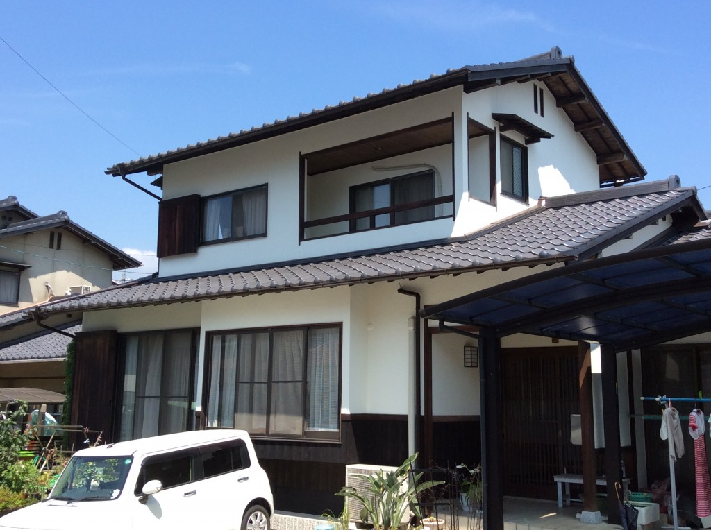【外壁】菊水化学 スーパー無機ガードZ 【焼板(木部)】大阪ガスケミカル キシラデコール 外壁と使用した無機塗料は耐候性(雨風に強い)に優れ、建物を紫外線・酸性雨などから長時間保護してくれます。さらに、低汚染性(汚れがつきにくい)にも優れているため汚れが付いた場合も、雨で自然と洗い流されるという性能もあるので長くキレイに家を守ってくれます。焼板に使用したキシラデコールは木部専用塗料で日光や風雨に強い耐候性顔料の効果で鮮明な色が長持ち、長期間木材を保護します。