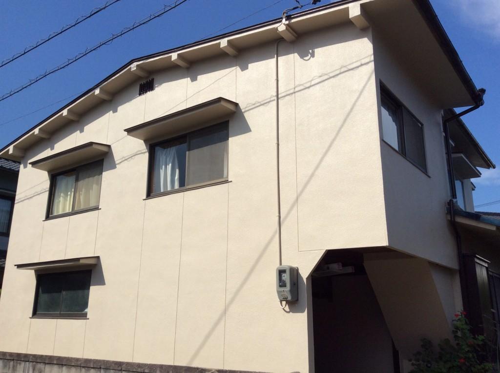 【外壁】エスケー化研 クリーンタイトシリコン 【屋根】エスケー化研 クリーンマイルドシリコン モルタル壁に最適なクリーンタイトシリコンを使用しました。超低汚染性の塗料で雨水が塗膜となじみ、汚れを洗い流してくれ、かびや藻類等の微生物汚染に対して強い抵抗性があります。他にも紫外線(UV)による色あせなどの塗膜の経年劣化を抑えることで、長期にわたり、優れた耐久性、耐候性を発揮します。