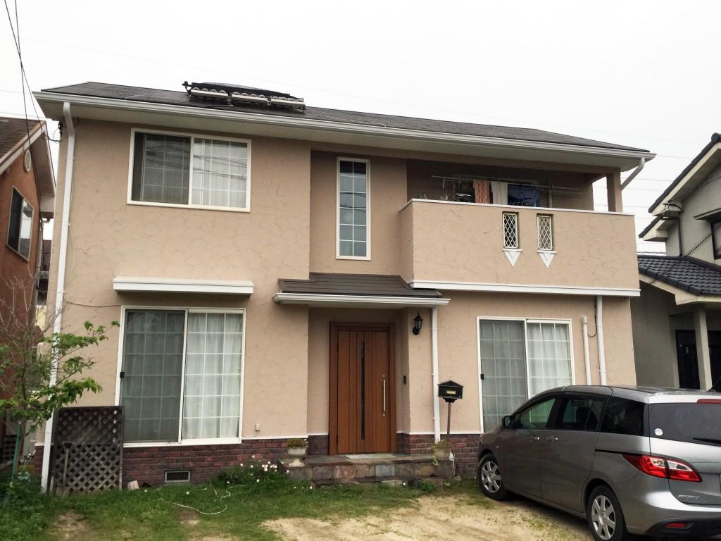 ◆外壁 アートフレッシュ ◆屋根 ナノシリコン ◆軒裏天井 ヒスイ ◆雨樋 クリーンマイルドシリコン  特徴的な模様のジョリパッド外壁には、模様の出やすいアートフレッシュ塗料を使用。既存の個性的な土壁調仕上材の素材感を生かして、美しく見せてくれる塗料です。色は外壁シュミレーションで以前と同じ色に決定。屋根にはナノシリコンを使用。紫外線や酸性雨から屋根を守り、耐久性が向上しました。雨樋や軒裏天井といった付帯部分も塗装することで、新築同然の仕上がりになり、『生まれ変わった』とお客様も満足のご様子でした。
