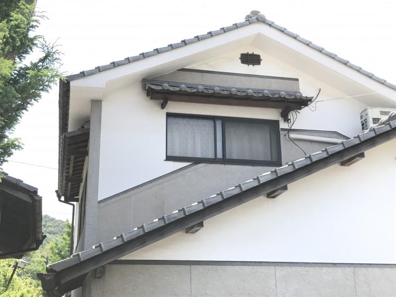 漆喰の成分は消石灰。空気中に含まれている炭酸ガスを取りこんで硬くなるという性質を持っている建材で調湿性、耐火性、耐久性に優れています。メンテナンスをすることで耐用年数は100年にもなると言われています。