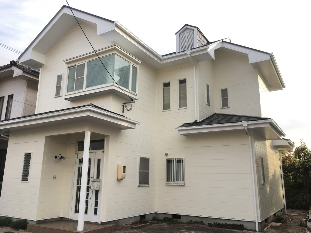 ◆外壁 スーパームキコート ◆屋根 スーパームキコートルーフ ◆付帯 クリーンマイルドシリコン  外壁に塗装したスーパームキコートは、持ちが良いので塗り替えのメンテナンスサイクルを伸ばすことができます。また色あせしにくいので、新品とほぼ同じ状態を長期間保つことができるのも特徴です。 お客様が一番気にされていた屋根には、スーパームキコートルーフを塗装。こちらは日射環境が厳しい屋根のための専用塗料です。防水機能の効き目がきれて、ヒビも入っていたベランダには防水工事を施工しました。