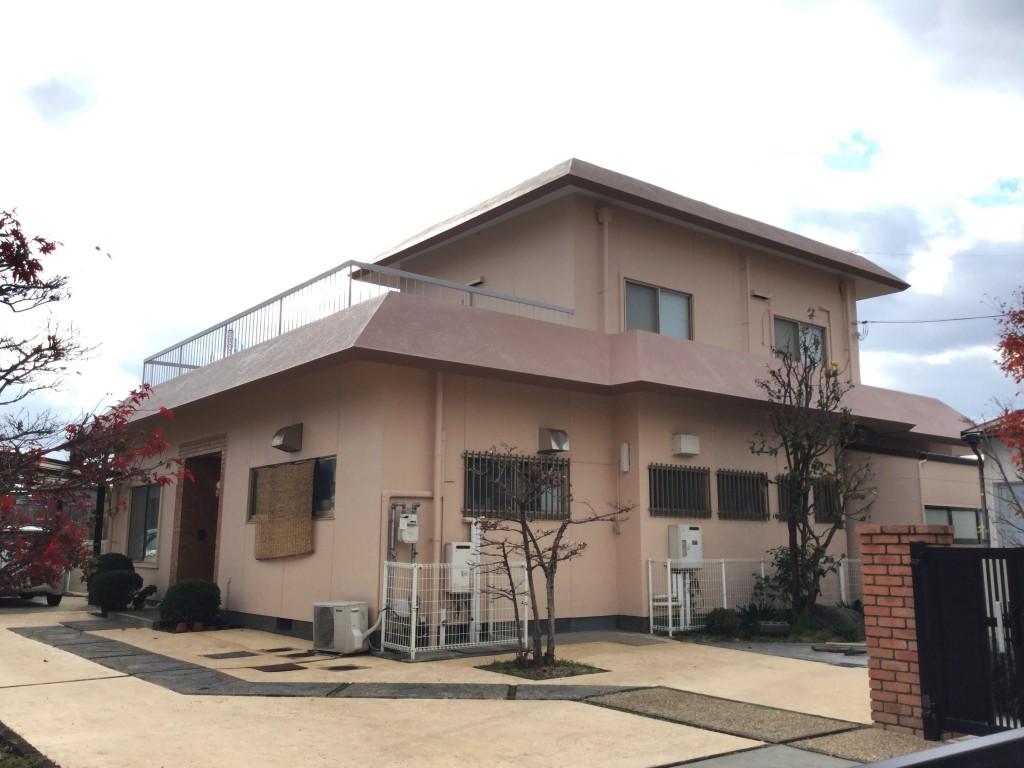 ◆外壁 クリーンマイルドフッ素 ◆屋根 クールタイトフッ素 ◆塀  クリーンタイトシリコン ◆ベランダ ウレタン防水  外壁には耐久性の優れたクリーンマイルドフッ素を塗装。汚れもつきにくく、降雨によるセルフクリーニング効果を持っているので、長期に渡り、建物の美観を維持することができます。 屋根に塗装したクールタイトフッ素は、汚れに強く、遮熱性能が長持ちする屋根用の塗料です。 元々クリーム色だった外壁は薄いピンク色に。屋根も合わせてピンク系の色を選ばれました。 水はけの悪かったベランダも防水機能を取り戻しました。
