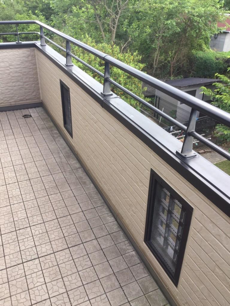 似た柄の外壁材をこちらの面のみ張替えさせて頂きました。